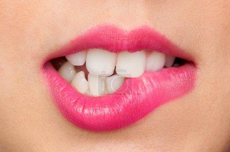 Photo pour Belle bouche de maquillage attrayante et lèvres sensuelles - image libre de droit