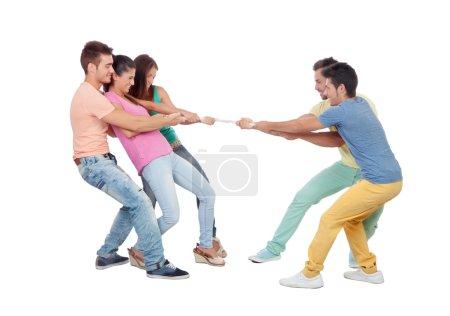 Photo pour Jeunes tirant une corde isolée sur un fond blanc - image libre de droit