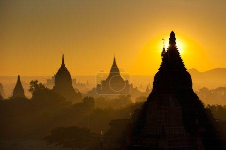Photo pour Lever de soleil sur l'ancien Bagan, Myanmar - image libre de droit