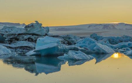 Photo pour Icebergs flottants dans la lagune du glacier Jokulsarlon, Islande - image libre de droit