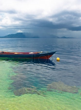 Photo pour Bateau de pêche indonésien traditionnel, les îles Banda - image libre de droit