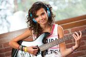 Roztomilá dívka na kytaru praxe
