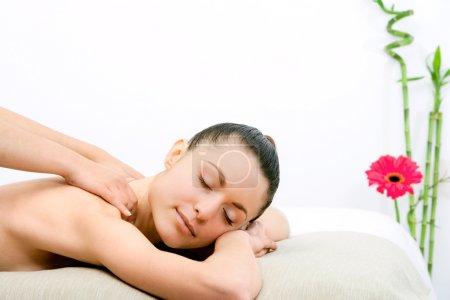 Photo pour Jeune femme attrayante profiter du massage du cou . - image libre de droit