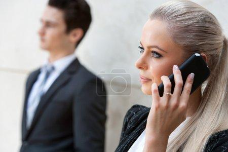 Photo pour Gros plan portrait de femme d'affaires attrayante parlant sur smartphone . - image libre de droit