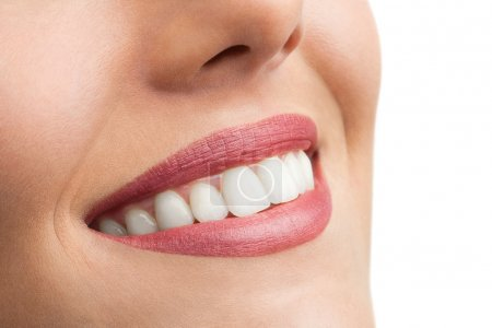 Photo pour Macro renfermer des dents parfaites de femelles isolés sur blanc. - image libre de droit