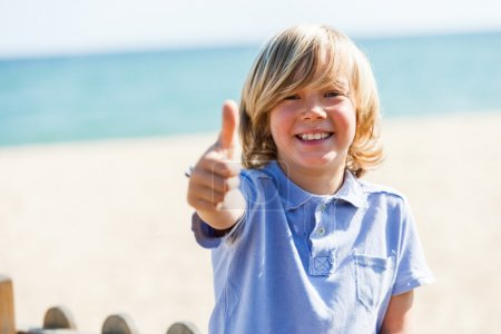 Foto de Cerrar retrato de niño lindo haciendo pulgares arriba al aire libre - Imagen libre de derechos