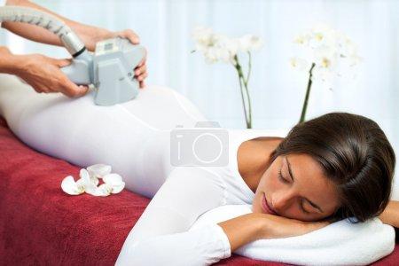 Photo pour Thérapeute appliquant lipomassage anti-cellulite sur le corps des femmes . - image libre de droit