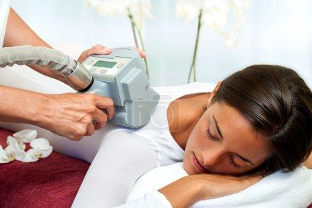 Photo pour Thérapeute appliquant lipomassage sur le corps des filles dans le spa . - image libre de droit