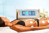 Frau mit elektrischen Lymphdrainage