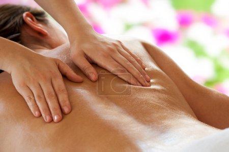 Photo pour Gros plan des mains de la thérapeute féminine faisant massage du dos sur la femme . - image libre de droit