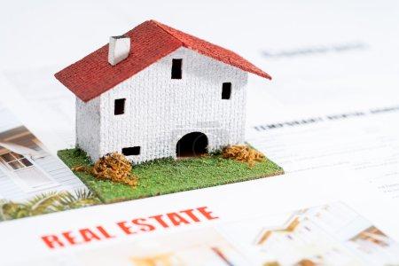 Photo pour Gros plan de la petite maison jouet sur les documents immobiliers . - image libre de droit