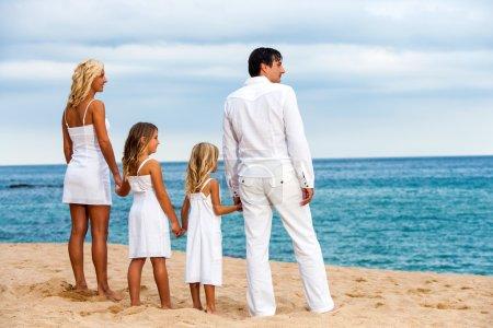 rodziny, trzymając się za ręce na plaży.