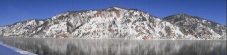 Photo pour Magnifiques montagnes rocheuses sur la rive de la rivière Yenisei. Journée ensoleillée d'hiver. Ville de Divnogorsk, territoire de Krasnoïarsk, Sibérie, Russie . - image libre de droit