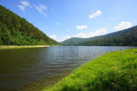 Photo pour Krasnoïarsk réservoir sur la rivière Yenisei dans la journée d'été (paysage naturel). Baie de la rivière Sarzhakova. Sibérie, Russie . - image libre de droit