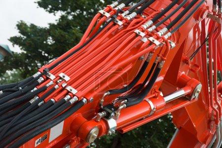 Photo pour Tuyaux et tubes hydrauliques sur de grandes machines - image libre de droit