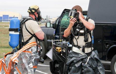 Photo pour Soldats préparant des combinaisons pour l'exercice de matières dangereuses - image libre de droit