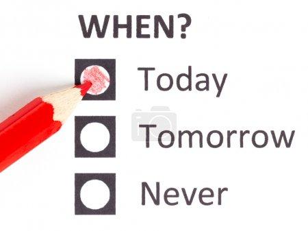 Photo pour Crayon rouge, choisir la bonne date (date limite) - image libre de droit