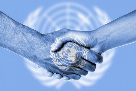 Photo pour Homme et femme se serrant la main, isolé sur blanc, nations Unies - image libre de droit