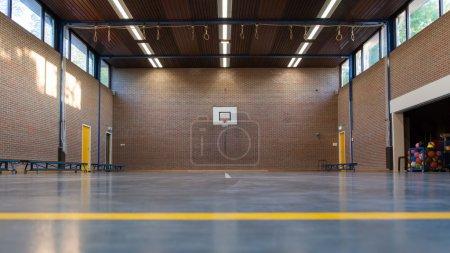 Photo pour Intérieur d'une salle de gym à l'école, ancienne salle de gym en Hollande - image libre de droit