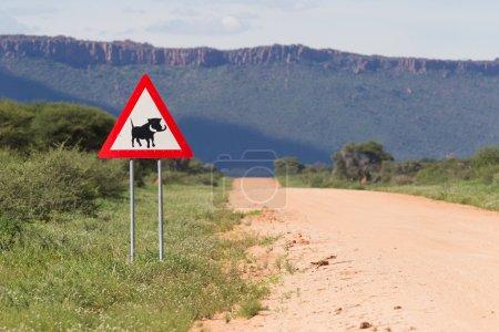 Photo pour Warthog Road Crossing Sign - Danger, Avertissement Road Sign from Africa - Éviter les collisions avec les vaches domestiques ou le bétail comme ils pourraient se demander sur la route . - image libre de droit