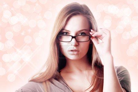 Photo pour Femme blonde sexy aux cheveux longs portant des lunettes - image libre de droit