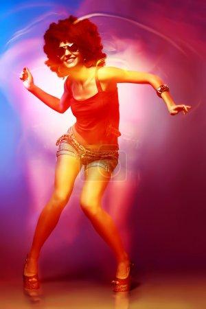 Photo pour Femme sexy avec coupe de cheveux afro danse disco . - image libre de droit