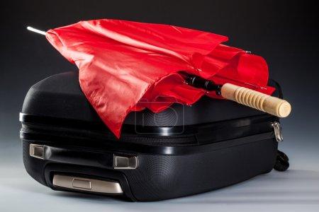 parapluie rouge et valise