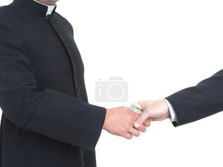 Photo pour Prêtre catholique recevant des pots-de-vin de l'homme d'affaires - image libre de droit