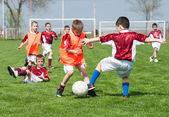 Gyermekek játszanak a foci
