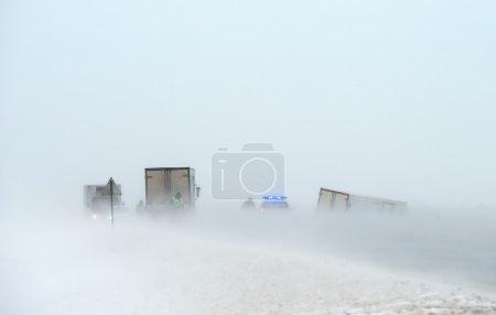 Photo pour Accident de voiture dans une tempête de neige - image libre de droit