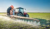 Traktor postřik pesticidy