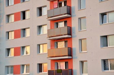Photo pour Nouvelle façade sur bloc d'appartements. Vue rapprochée . - image libre de droit