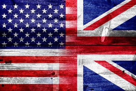 Photo pour Drapeau USA et uk, peint sur la texture de planche de bois vieux - image libre de droit