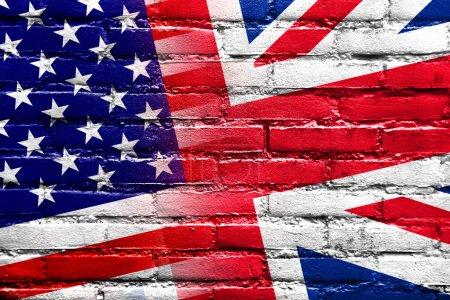 Photo pour Drapeau USA et uk, peint sur le mur de briques - image libre de droit