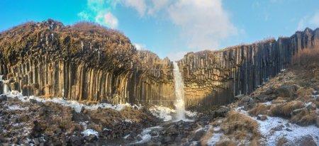 Photo pour Panorama de la cascade de svartifoss dans le début de l'hiver. Svartifoss (automne noir) est une chute d'eau de skaftafell dans le parc national de Vatnajökull en Islande et est l'un des sites plus prisés dans le parc. - image libre de droit