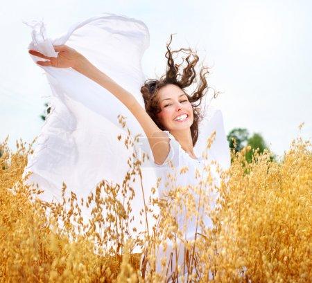 Photo pour Belle fille heureuse sur le champ de blé - image libre de droit