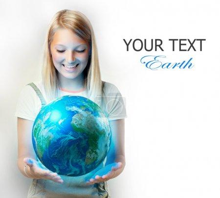 Photo pour Jeune fille tenant la planète Terre - image libre de droit