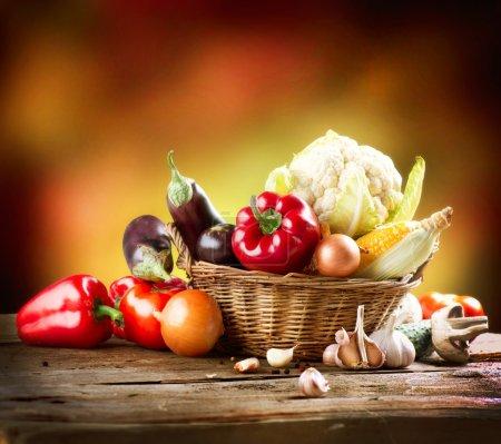 Photo pour Conception d'art sain légumes bio nature morte - image libre de droit