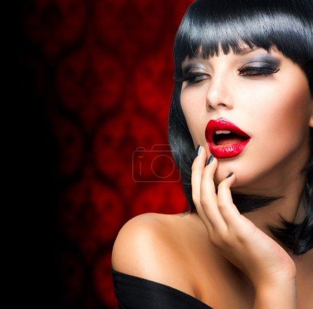 Photo pour Magnifique portrait de fille brune. lèvres rouges sensuelles - image libre de droit