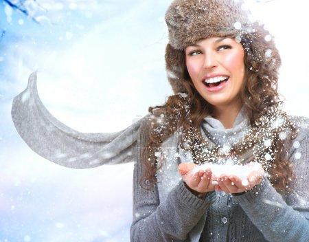 Photo pour Fille de Noël. Femme d'hiver soufflant la neige - image libre de droit