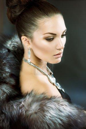 Photo pour Belle femme en manteau de fourrure de luxe - image libre de droit