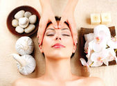 Spa-Massage. Junge Frau, die immer Gesichtsmassage