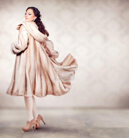 Photo pour Mode femme belle hiver en manteau de vison de fourrure de luxe - image libre de droit