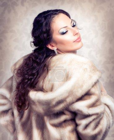 Photo pour Belle femme de mode en manteau de vison de fourrure de luxe - image libre de droit