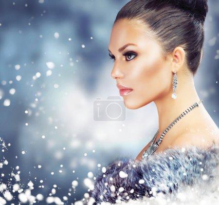 Photo pour Femme hiver en manteau de fourrure de luxe - image libre de droit
