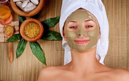 Photo pour Masque de boue de Spa. femme dans le salon spa - image libre de droit