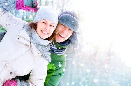 Photo pour Couple heureux s'amuser en plein air. neige. vacances d'hiver - image libre de droit