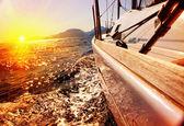 Yacht, vitorlás ellen naplemente. Vitorlás hajó. Vitorlázás. Vitorlás