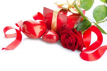 Saint-Valentin coeurs, rose fleur cadeau boîte et isolée sur blanc