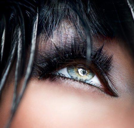 Foto de Primer plano de maquillaje de ojos Smokey. sombra de ojos negro - Imagen libre de derechos